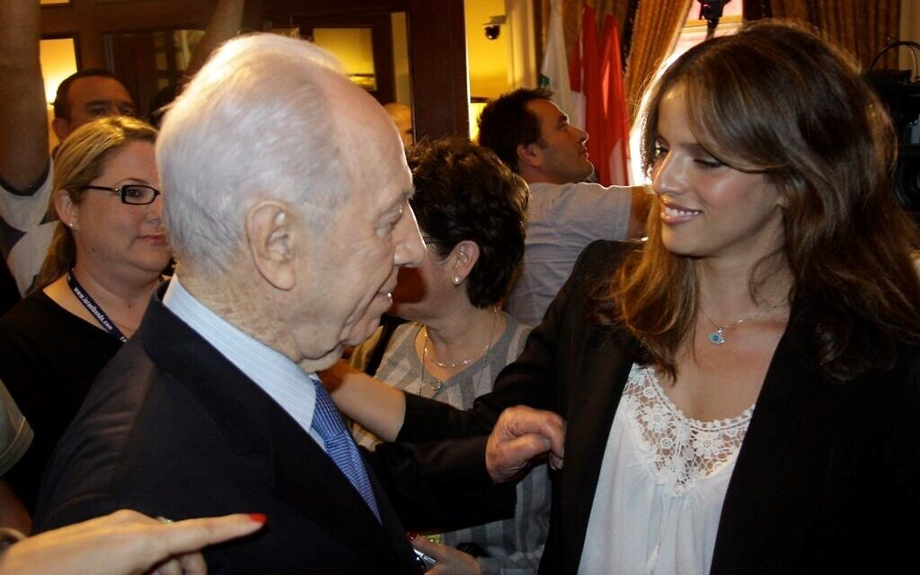 Israeli actress Noa Tishby with the late Israeli president Shimon Peres at a Times of Israel event in New York City in 2015. (Courtesy)