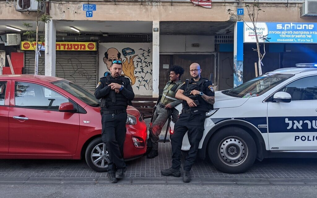 Police stand guard on Oleh Tzion Blvd. in north Jaffa, May 18, 2021. (Elie Bleier)