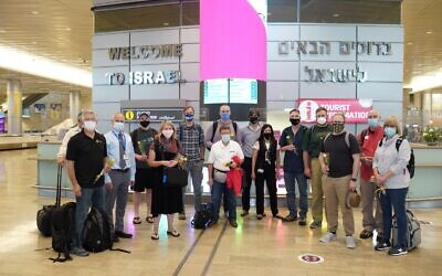 Theology students from Missouri, the first vaccinated tour group to visit Israel in over a year, at Ben Gurion Airport, May 27, 2021. (Michael Dimenstein/GPO)