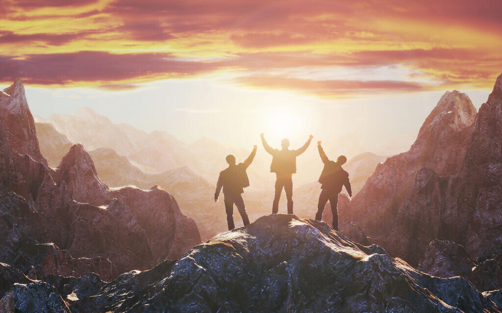 Illustrative image of a team on the peak of mountain; high valuations, reaching goals (FotoMaximum; iStock by Getty Images)