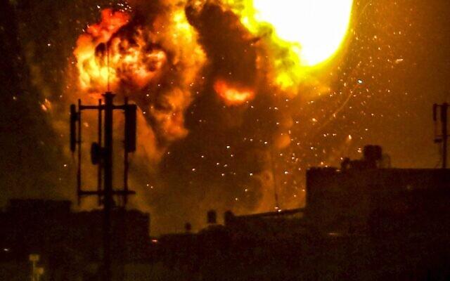 Um ataque aéreo israelense a um alvo terrorista na Gaza STrip, 16 de maio de 2021. (Abed Rahim Khatib / Flash 90 via JTA)