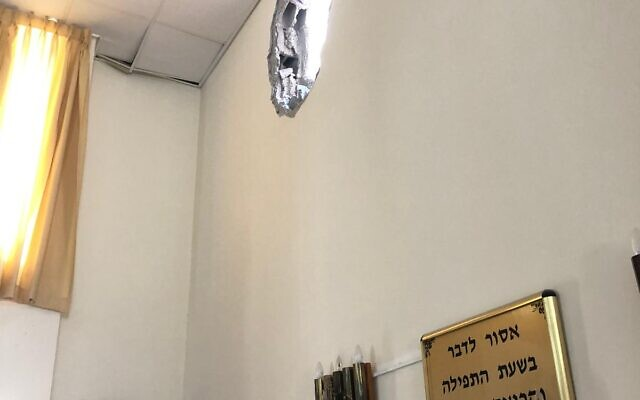 A rocket strike on an Ashkelon synagogue, May 16, 2021 (National Fire and Rescue Authority)