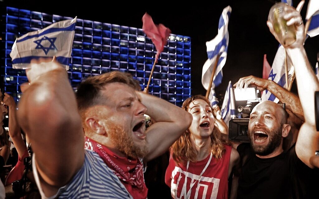 Israeli demonstrators celebrate Netanyahu's fall from power in Tel Aviv on June 13, 2021. (JACK GUEZ / AFP)