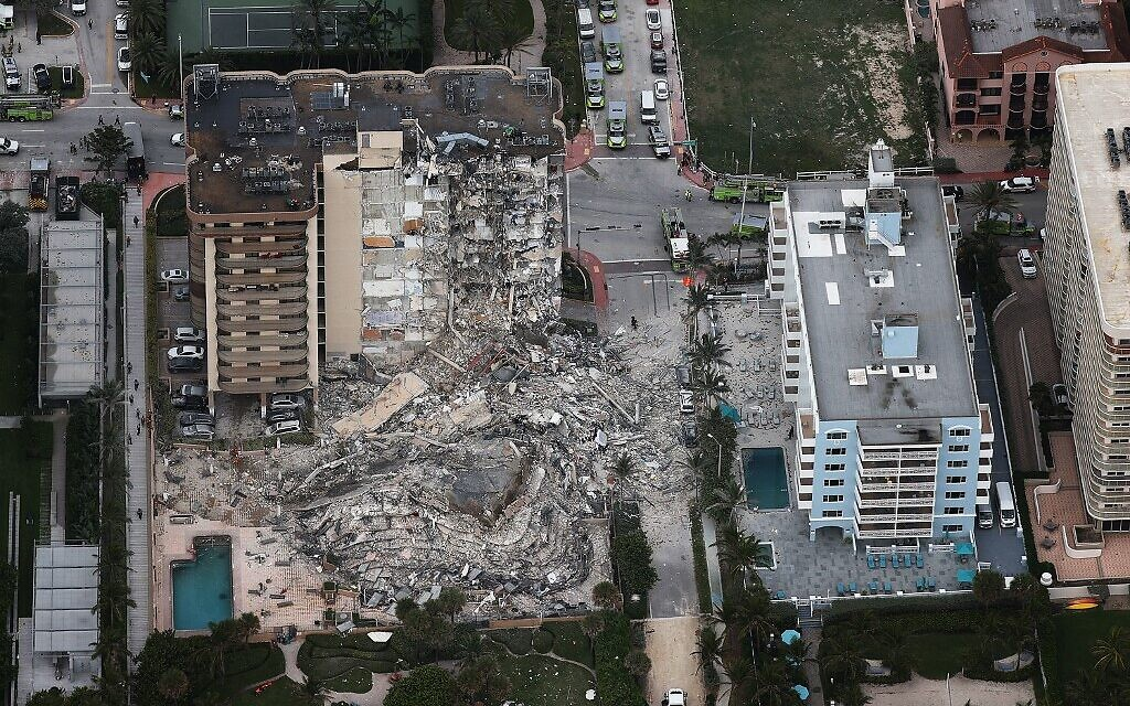 Search and Rescue personnel work after the partial collapse of the 12-story Champlain Towers South condo building on June 24, 2021 in Surfside, Florida. (Photo by JOE RAEDLE / GETTY IMAGES NORTH AMERICA / Getty Images via AFP)