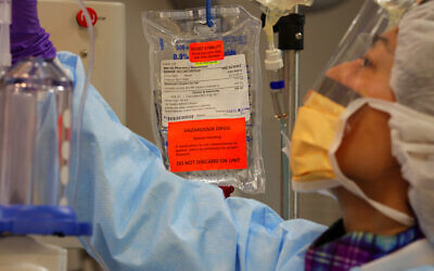 Illustrative image: A doctor prepares chemotherapy medicine at the National Institutes of Health in Bethesda, Md., Tuesday, March 24, 2009. (AP Photo/J.  Scott Applewhite)