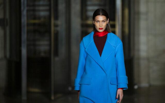 A coleção Oscar De la Renta é modelada por Bella Hadid durante a Fashion Week, segunda-feira, 10 de fevereiro de 2020, em Nova York.  (AP Photo / Eduardo Munoz Alvarez)