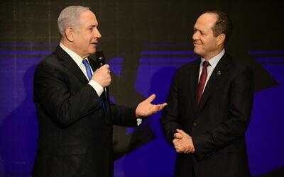 Prime minister Benjamin Netanyahu and Likud MK Nir Barkat present the Likud economic plan, during a Likud party event in Tel Aviv on February 16, 2020. (Tomer Neuberg/Flash90)