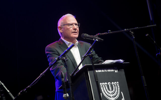 Director General of the National Security Studies (INSS) Amos Yadlin speaks at a protest against then-Israeli prime minister Benjamin Netanyahu at Rabin Square in Tel Aviv on November 14, 2020. (Miriam Alster/ Flash90)