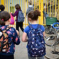 Israeli students going to school in Tel Aviv on April 18, 2021. (Avshalom Sassoni/Flash90)