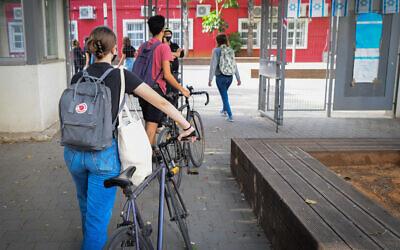 Illustrative: Israeli students wearing face masks return to school in Tel Aviv on April 18, 2021. (Avshalom Sassoni/Flash90)