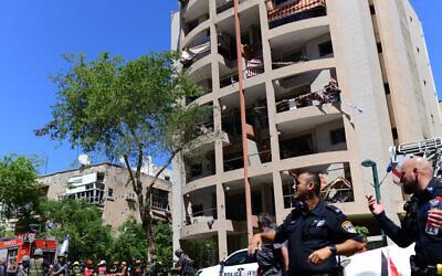 Polizei und Rettungspersonal, nachdem die Stelle am 15. Mai 2021 von einer aus dem Gazastreifen gefeuerten Rakete getroffen wurde. (Tomer Nueberg/Flash90)