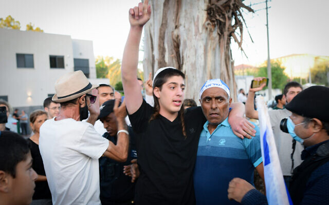 Israelis protest outside the home of Yamina MK Nir Orbach in Petah Tikva on June 03, 2021. (Avshalom Sassoni/FLASH90)