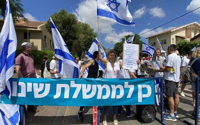 """Israelis demonstrate in favor of the so-called """"change government"""" outside the home of Yamina party leader Naftali Bennett in Ra'anana, on June 4, 2021. (Avshalom Sassoni/Flash90)"""