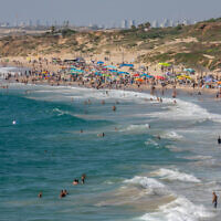 File: People crowd the beach at Palmachim Nature Park, near Ashdod, on June 5, 2021 (Yossi Aloni/FLASH90)