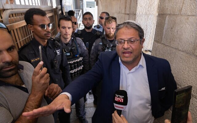 Religious Zionism MK Itamar Ben Gvir is blocked by Israel Police as he tries to go up to the Temple Mount in Jerusalem's Old City, June 8, 2021. (Olivier Fitoussi/FLASH90)