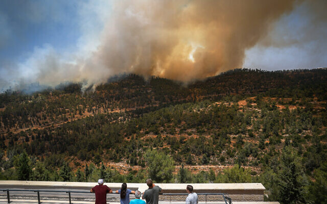 View of a large fire near Neve Ilan outside Jerusalem on June 9, 2021. (Yonatan Sindel/Flash90)