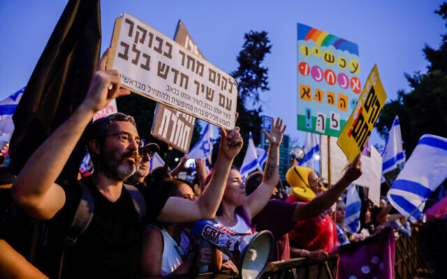 Israelis protest against Israeli prime minister Benjamin Netanyahu, outside the Prime Minister's Residence in Jerusalem on June 12, 2021. (Olivier Fitoussi/Flash90)