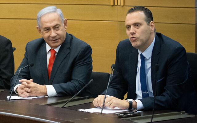 O ex-primeiro-ministro Benjamin Netanyahu (L) e Likud MK Miki Zohar em uma reunião de partidos de oposição no bloco religioso de direita de Netanyahu, no Knesset em Jerusalém, em 14 de junho de 2021. (Yonatan Sindel / Flash90)
