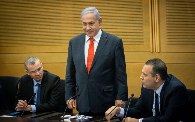O ex-primeiro-ministro Benjamin Netanyahu lidera uma reunião dos partidos de oposição de direita e religiosa no Knesset, em 14 de junho de 2021. À esquerda está o Likud MK Yariv Levin;  à direita está o ex-chefe da coalizão do Likud, MK MIki Zohar (Yonatan Sindel / Flash90)