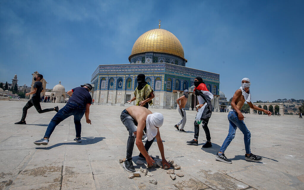 Palestinians and Israel Police officers clash on the Temple Mount in Jerusalem, on June 18, 2021. (Jamal Awad/Flash90)