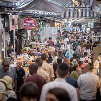Israelis shop at the Mahane Yehuda market in Jerusalem on June 24, 2021. (Yonatan Sindel/Flash90)