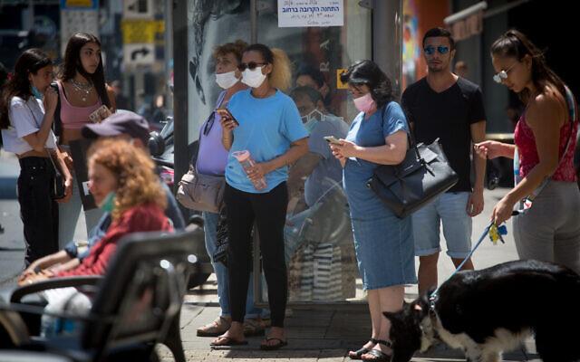 Israelenses, alguns usando máscaras.  são vistos em Tel Avi, em 28 de junho de 2021. (Miriam Alster / Flash90)