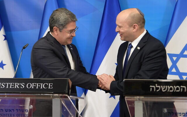 Prime Minister Naftali Bennett (R) meets with Honduras President Juan Orlando Hernandez at the Prime Minister's Office in Jerusalem on June 24, 2021. (Amos Ben-Gershom/GPO)