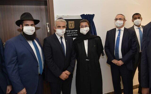 O Ministro das Relações Exteriores Yair Lapid (2L), o Ministro da Cultura dos Emirados Noura Al Kaabi (2R) e o rabino Chabad Levi Duchman (L) na inauguração da embaixada israelense em Abu Dhabi, 29 de junho de 2021. (Shlomi Amsalem / GPO)