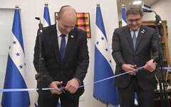 Prime Minister Naftali Bennett (L) and Honduras President Juan Orlando Hernández inaugurate the new Honduran embassy in Jerusalem, June 24, 2021. (Kobi Gideon/GPO)