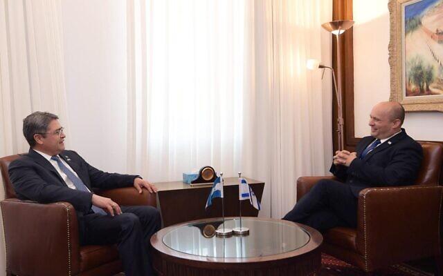 O primeiro-ministro Naftali Bennett (R) e o presidente de Honduras, Juan Orlando Hernández, se reúnem no gabinete do primeiro-ministro em Jerusalém, em 24 de junho de 2021. (Amos Ben Gershom / GPO)