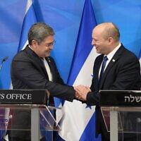 Prime Minister Naftali Bennett (R) and Honduras President Juan Orlando Hernández in the Prime Minister's Office in Jerusalem, June 24, 2021. (Amos Ben Gershom/GPO)