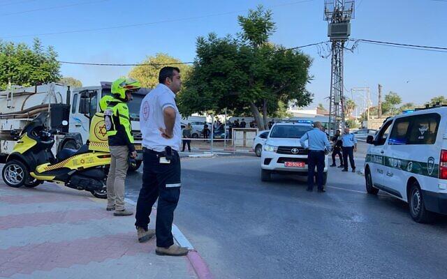 Médicos e forças de segurança são vistos no local do tiroteio em Lod, em 27 de junho de 2021. (Divulgação)