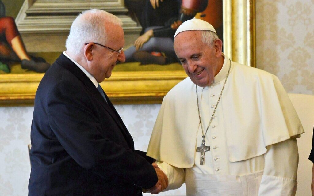 President Reuven Rivlin (L) meets with Pope Francis at the Vatican, September 3, 2015. (Haim Zach / GPO)