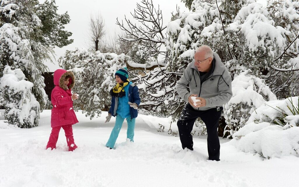 President Reuven Rivlin playing with his grandchildren after snowfall in Jerusalem, February 20, 2015. photo by (Haim Zach / GPO