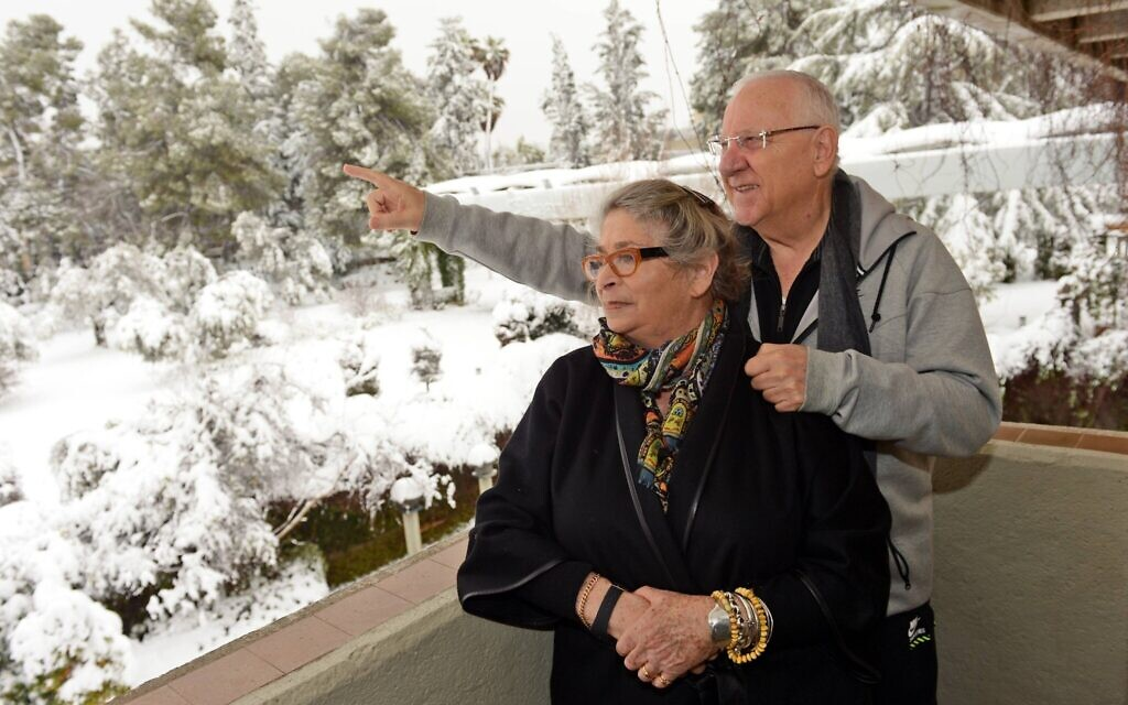 President Reuven Rivlin (R) with his wife Nechama after snowfall in Jerusalem, February 20, 2015. (Haim Zach / GPO)