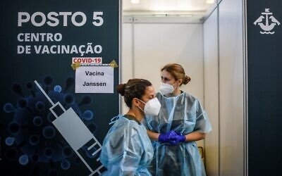 Healthcare workers prepare to administer COVID-19 vaccines  at a vaccination center in Lisbon on July 2, 2021 (PATRICIA DE MELO MOREIRA / AFP)
