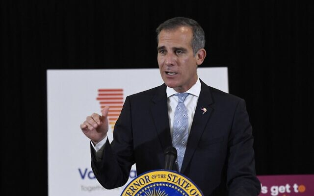 In this file photo taken on April 1, 2021 Los Angeles Mayor Eric Garcetti speaks to the media in Los Angeles, California (Patrick T. FALLON / AFP)