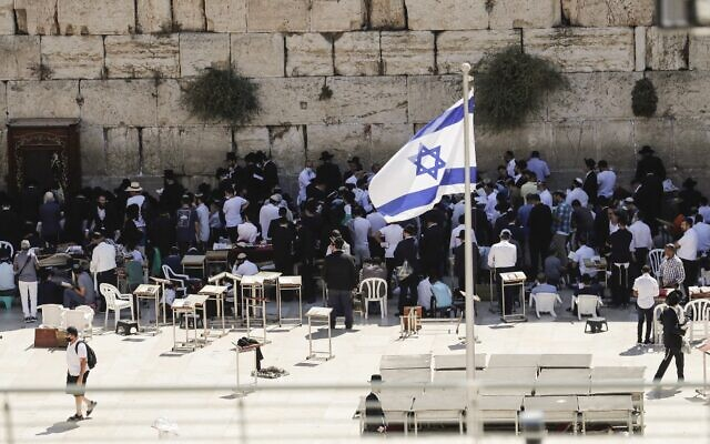 Jewish men pray at the Western Wall in Jerusalem, during the annual Tisha B'Av fast day on July 18, 2021. (AHMAD GHARABLI / AFP)