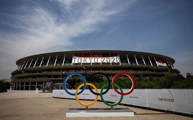This picture shows the Olympic rings and Olympic Stadium in Tokyo on July 20, 2021, ahead of the Tokyo 2020 Olympic Games. (Behrouz MEHRI / AFP)