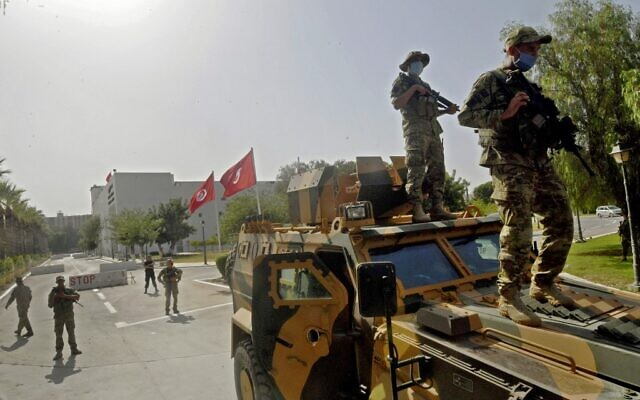 Tunisian military forces guard the area around the parliament building in the capital Tunis on July 26, 2021 (FETHI BELAID / AFP)
