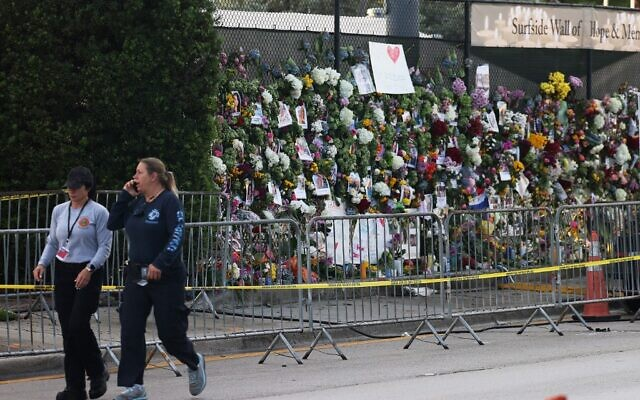 Flowers and other items fill a memorial put up for those lost in the partially collapsed 12-story Champlain Towers South condo building on July 01, 2021 in Surfside, Florida (JOE RAEDLE / GETTY IMAGES NORTH AMERICA / Getty Images via AFP)