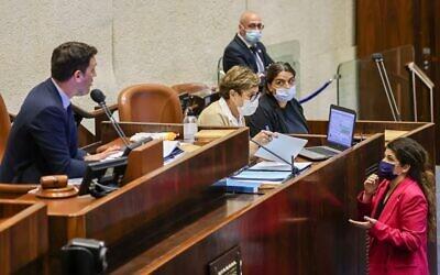 New Hope MK Sharren Haskel speaks with Blue and White MK Eitan Ginzburg who is managing the Knesset plenum, July 28, 2021. (Noam Moskowitz/ Knesset spokesperson's office)