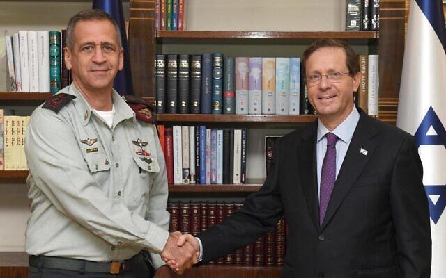 IDF Chief of Staff Aviv Kochavi and President Isaac Herzog meet on July 13, 2021. (Mark Neyman/GPO)