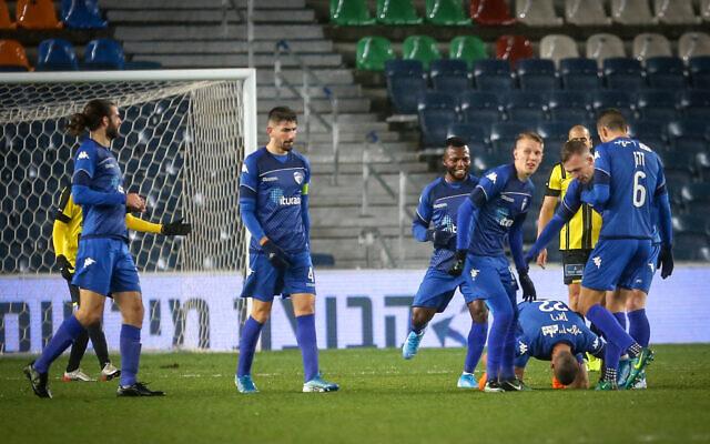 Hapoel Ironi Kiryat Shmona players (blue) during a match against Beitar Jerusalem at Jerusalem's Teddy Stadium on January 4, 2020. (Flash90)