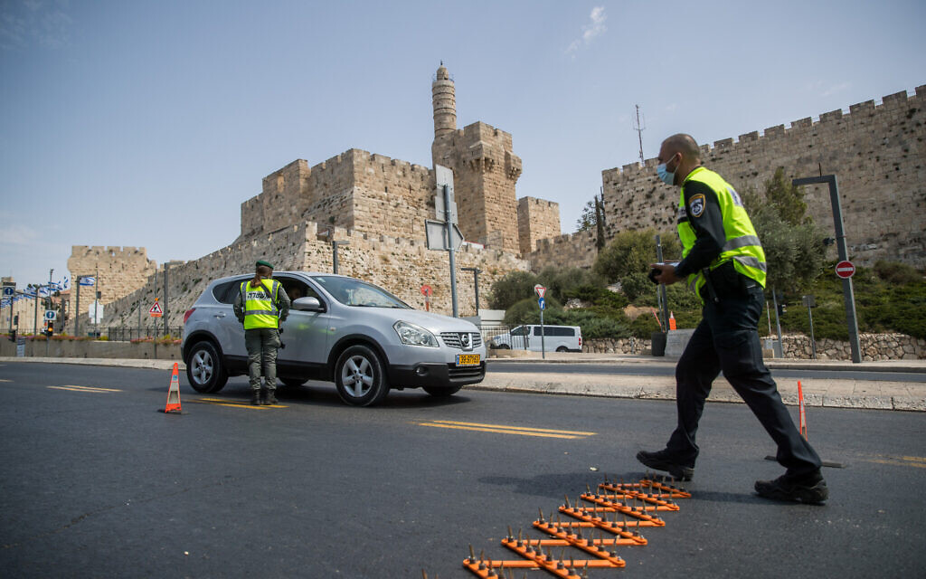 Police at a temporary checkpoint outside Jerusalem's Old City, on September 19, 2020, during a nationwide lockdown on Rosh Hashana. (Yonatan Sindel/Flash90)