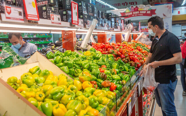 People shop for groceries at the Rami Levy supermarket in Modiin as Israel entered a new major coronavirus lockdown September 24, 2020. (Yossi Aloni/Flash90)