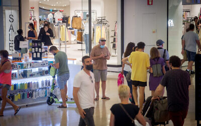 Israelis wear protective face masks as they shop in Dizengoff Center in Tel Aviv, on June 29, 2021. (Miriam Alster/FLASH90)