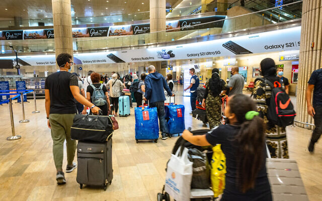 Travelers arriving at the Ben Gurion International Airport in Israel. July 1, 2021. (Nati Shohat/FLASH90)
