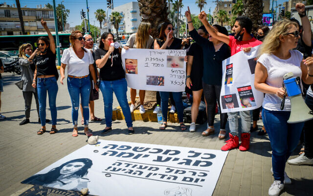 Parents and supporters protest outside a court hearing of Carmel Mauda in Lod on July 8, 2021. (Avshalom Sassoni/Flash90)