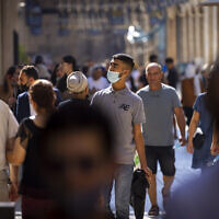 People are seen with and without face masks in Jerusalem on July 8, 2021. (Olivier Fitoussi/Flash90)